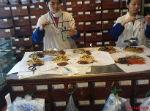 שולחן עם צמחי מרפא סיניים