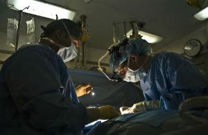 כירורגים בזמן ניתוח