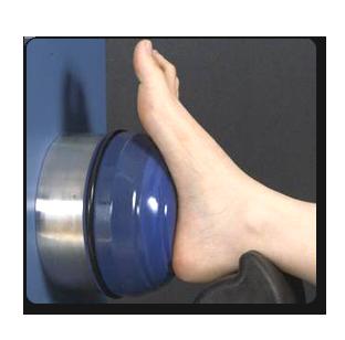 רגל מונחת על גבי מכשיר האורטוסקופ